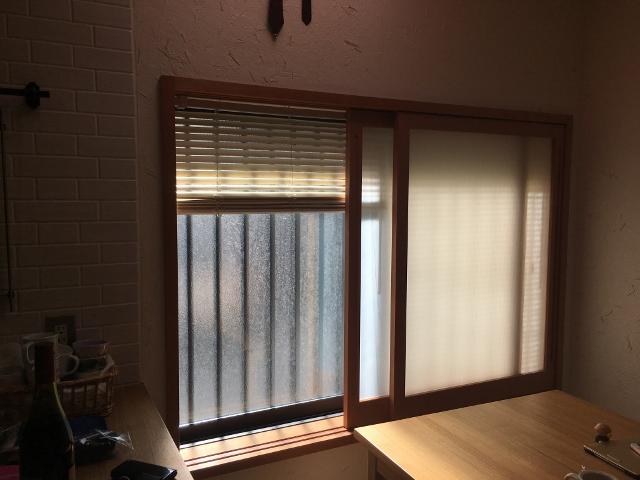 こちらは木製のもの ガラスではなく、複層のポリカーボネート板(ツインカーボ)を採用しました 建具間にブラインドを仕込みすっきりさせました